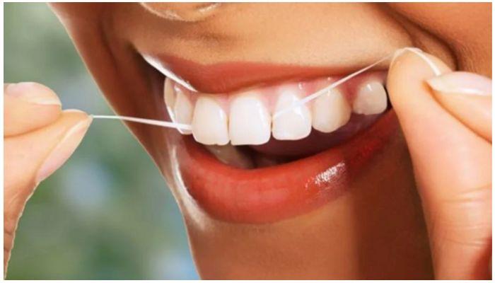 Использование зубной ленты Colgate Total
