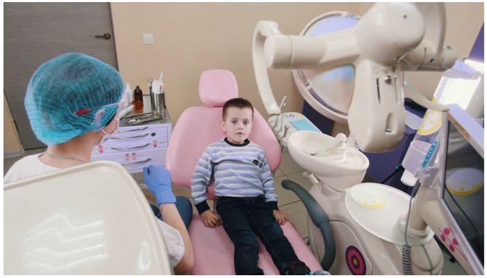 Фото ребенка в кресле у стоматолога