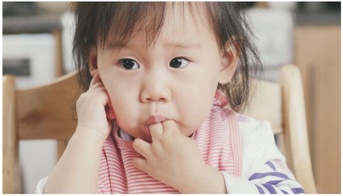 Фото ребенка с пальцем во рту